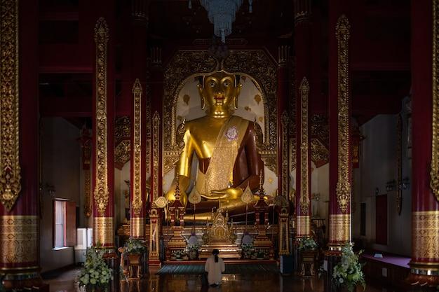 Dies ist das bild des buddhistischen tempels in chiang mai, thailand