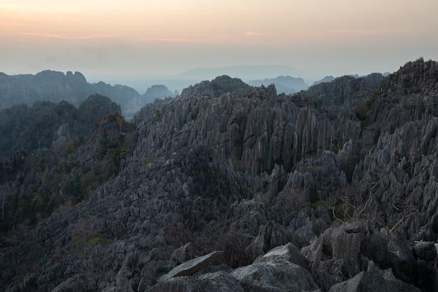 Dies ist das foto des kalksteinberges in pisanulok thailand während des sonnenuntergangs in der ländlichen gegend, die ansicht ist von der spitze des berges.