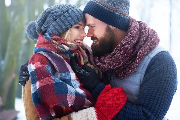 Dies ist der perfekte wintertag für liebhaber