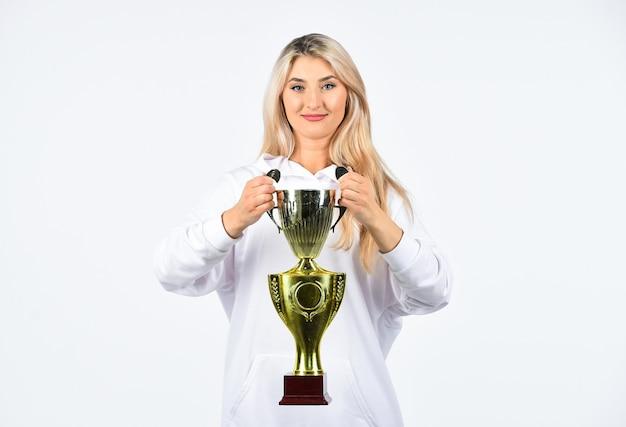 Dies ist der sieg. glückwunsch-konzept. gewinnerin des weiblichen wettbewerbs. glückliche sportlerin. zeigt ihre trophäe. sportlicher erfolg. erfolgreiche fitnessfrau hält meisterpokal. den preis gewinnen. am besten vom besten.