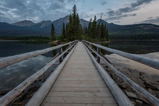 Dies ist die pyramid lake braut, die zur insel mitten im see führt.