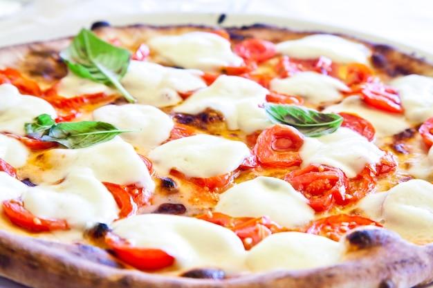 Dies ist eine echte italienische pizza. traditionelle pizza margherita serviert in einem capri restaurant, golf von neapel, italien.