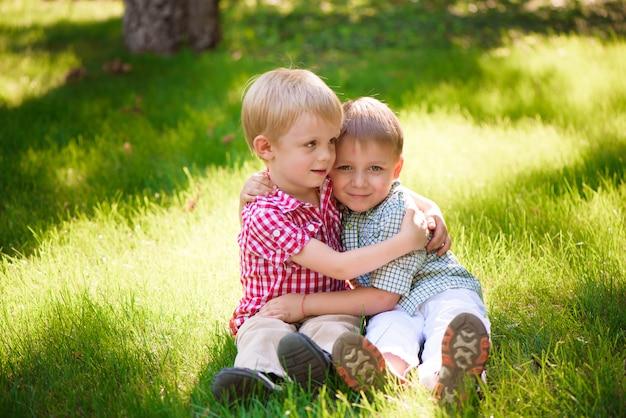Diese beiden jungs sind beste freunde. freunde fürs leben.