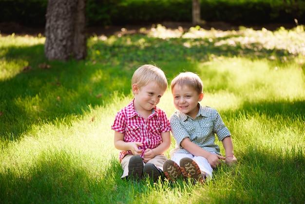 Diese beiden jungs sind die besten freunde. freunde fürs leben.