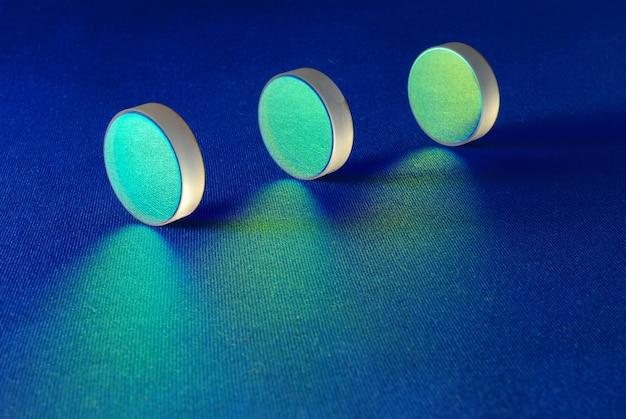 Diese optischen komponenten sind für die laserindustrie bestimmt. flache dicke spiegel mit spezieller reflexionsbeschichtung, die in der laborwissenschaft und in der laserherstellung verwendet werden