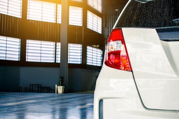 Diese rote farbe des autohecklichtes alle neue weiße farbe der marke japan auf straßenparkenkunden