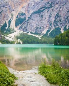 Dieser erstaunliche see befindet sich im herzen der dolomiten, unesco-weltnaturerbe - italien