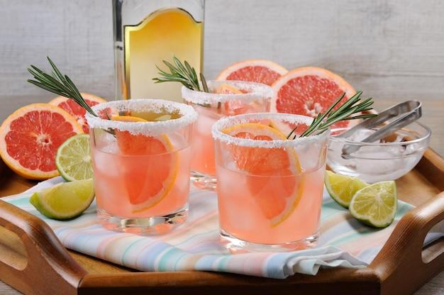 Dieser herrliche cocktail aus frischem rosa paloma wird ihre sicht auf tequila verändern