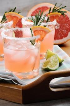 Dieser herrliche cocktail aus rosa paloma ein festliches getränk ist ideal für brunch-partys und feiertage