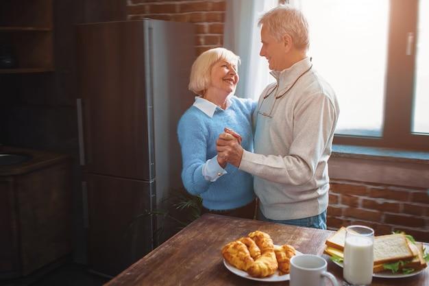 Dieses paar hat eine großartige zeit, in der küche zu tanzen und sich zu erinnern