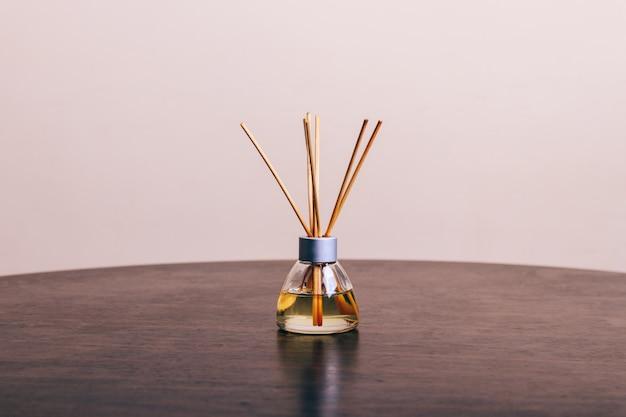 Diffuses aroma auf einem holztisch