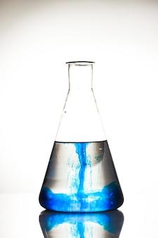 Diffusion in einer flasche isoliert auf weiß