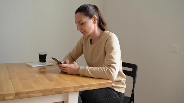 Digital-detoxtag der jungen schönen kaukasischen frau. kaffee trinken ohne telefon. sucht