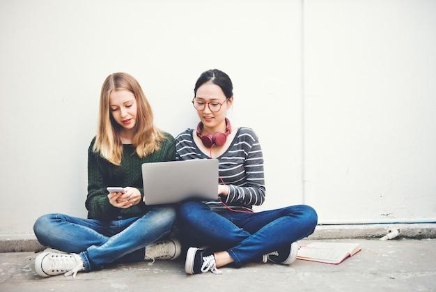 Digital-gerät, das internet-zufälliges konzept studierend lernt