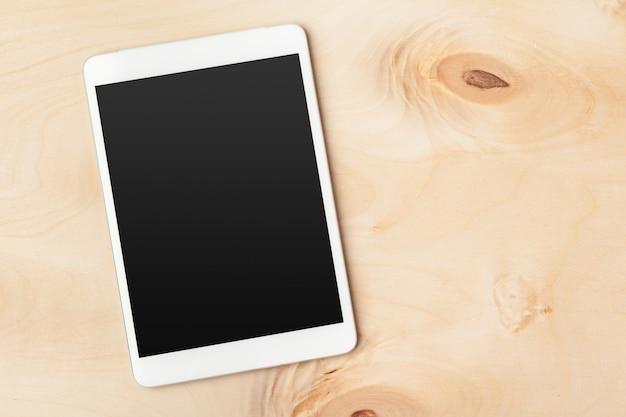 Digital-tablette auf holztisch