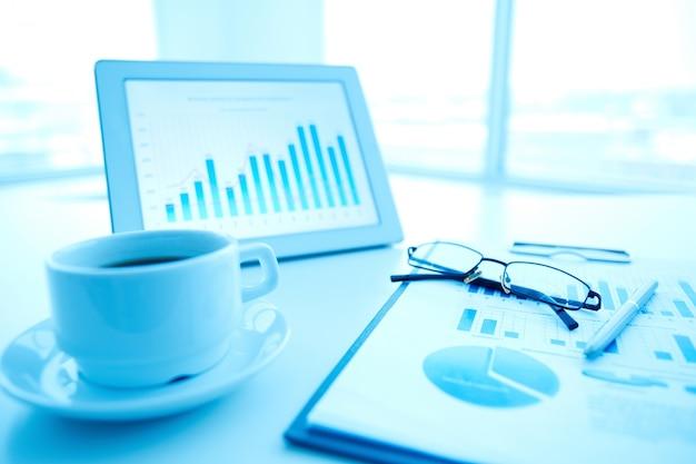 Digital-tablette mit jährlichen strategie hintergrund