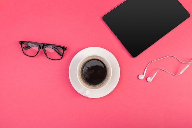 Digital-tablette mit leerem bildschirm und tasse kaffee