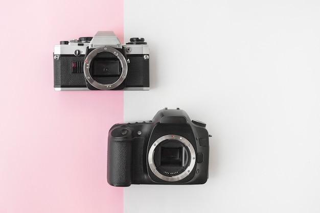 Digital versus analoge slr-kamera auf pink copyspace