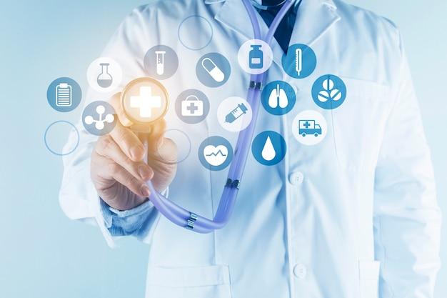 Digitale gesundheitsversorgung und netzwerkverbindung auf hologramm moderne virtuelle bildschirmschnittstelle, medizintechnik und netzwerkkonzept.