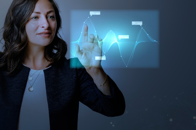 Digitale grafikpräsentation mit hoher technologie durch eine geschäftsfrau