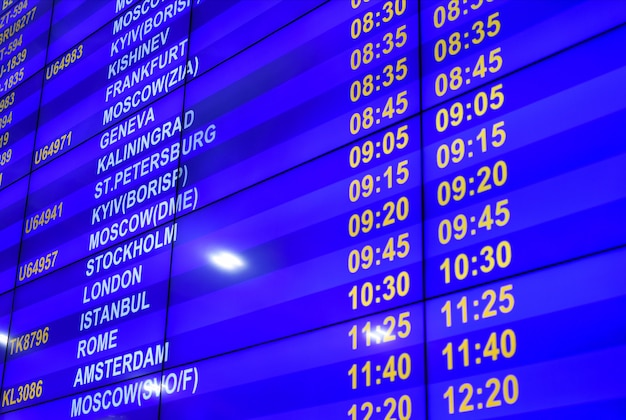 Digitale informationstafel mit dem flugplan am flughafen