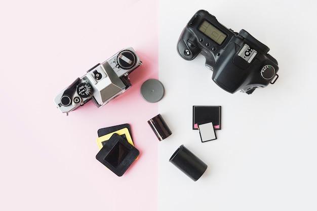 Digitale oder analoge slr-kamera mit dias, speicherkarten und 35-mm-film