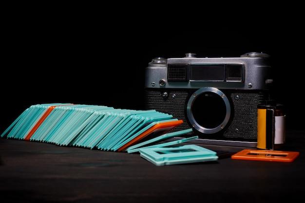 Digitale oder analoge spiegelreflexkamera mit dias, speicherkarten, 35-mm-film