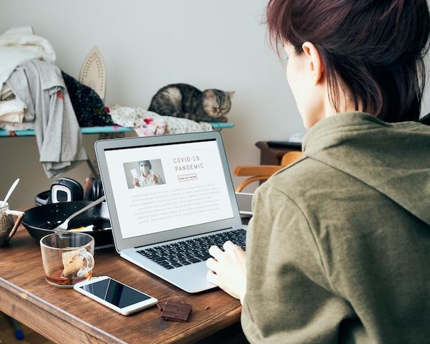 Digitale sucht, frau in liest oder schreibt artikel über coronavirus im internet