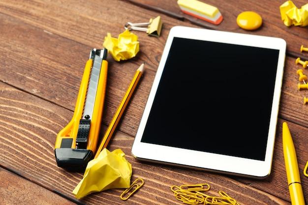 Digitale tablette auf bürotisch
