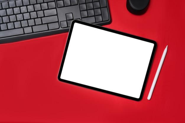 Digitale tablette der draufsicht mit leerer anzeige auf rotem hintergrund.