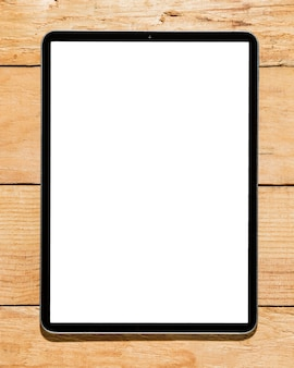 Digitale tablette des weißen schirmes auf hölzernem schreibtisch