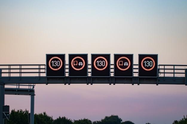Digitale verkehrszeichen. geschwindigkeitsbegrenzung hautnah.
