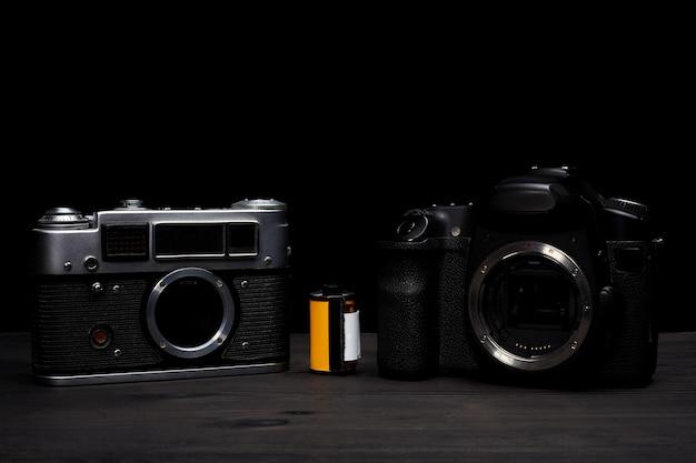 Digitale vs. analoge spiegelreflexkamera mit dias, speicherkarten