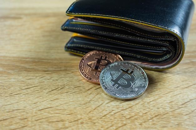 Digitale währung bitcoin mit lederner geldbörse