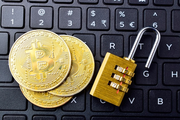 Digitale währung, bitcoin mit vorhängeschloss auf der tastatur, blockchain-break-konzept