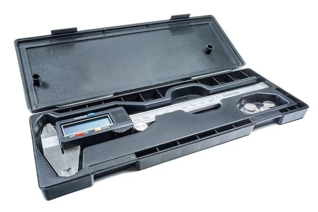 Digitaler bremssattel in offener aufbewahrungsbox auf weiß