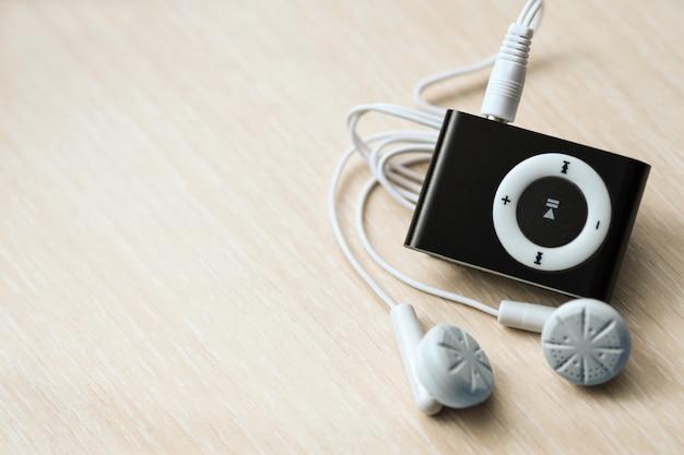 Digitaler kompakter musikspieler mit kopfhörern