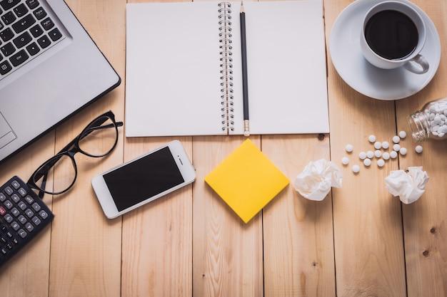 Digitaler laptop, droge und materialbürodesktop