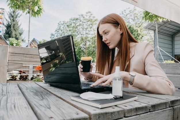 Digitaler nomade, freiberufler, neuer normaler arbeitsprozess