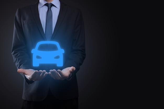 Digitaler verbund von mann, der autoikone hält. auto-kfz-versicherung und autodienstleistungskonzept. geschäftsmann mit angebotsgeste und ikone des autos.