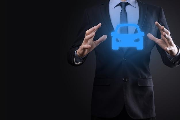 Digitaler verbund von mann, der autoikone hält. autoversicherungs- und autodienstleistungskonzept. geschäftsmann mit angebotsgeste und ikone des autos.