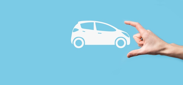 Digitaler verbund von mann mit auto-symbol. auto-kfz-versicherung und auto-service-konzept. geschäftsmann mit angebotener geste und ikone des autos.