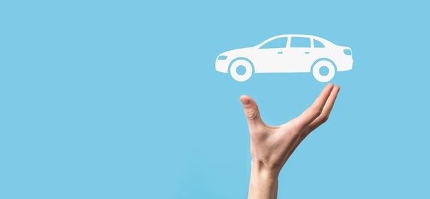 Digitaler verbund von mann mit auto-symbol. auto-kfz-versicherung und auto-service-konzept. geschäftsmann mit angebotsgeste und ikone des autos