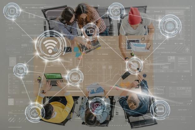 Digitaler virtueller bildschirm der technologie und drahtlose kommunikationsverbindung
