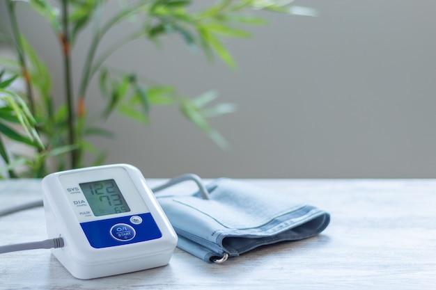 Digitales blutdruckmessgerät zur blutdruckkontrolle