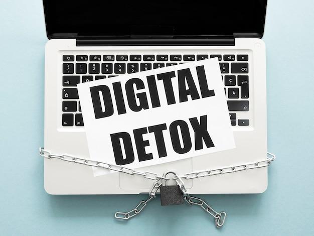 Digitales entgiftungszeichen über silbernem laptop