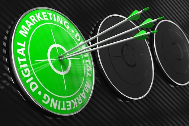 Digitales marketing-konzept. drei pfeile, die das zentrum des grünen ziels auf schwarzem hintergrund treffen.