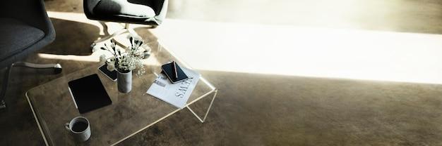 Digitales tablet an einer vase mit weißen nelkenblüten