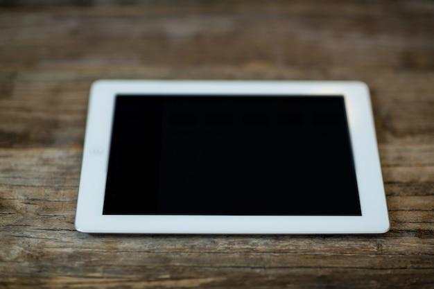 Digitales tablet auf einem tisch