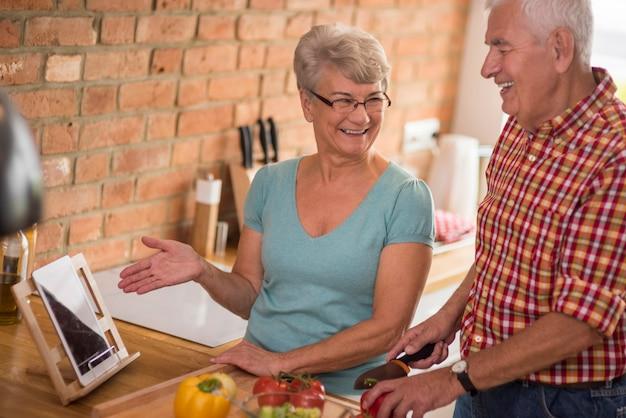 Digitales tablet ist auch in der küche sehr hilfreich